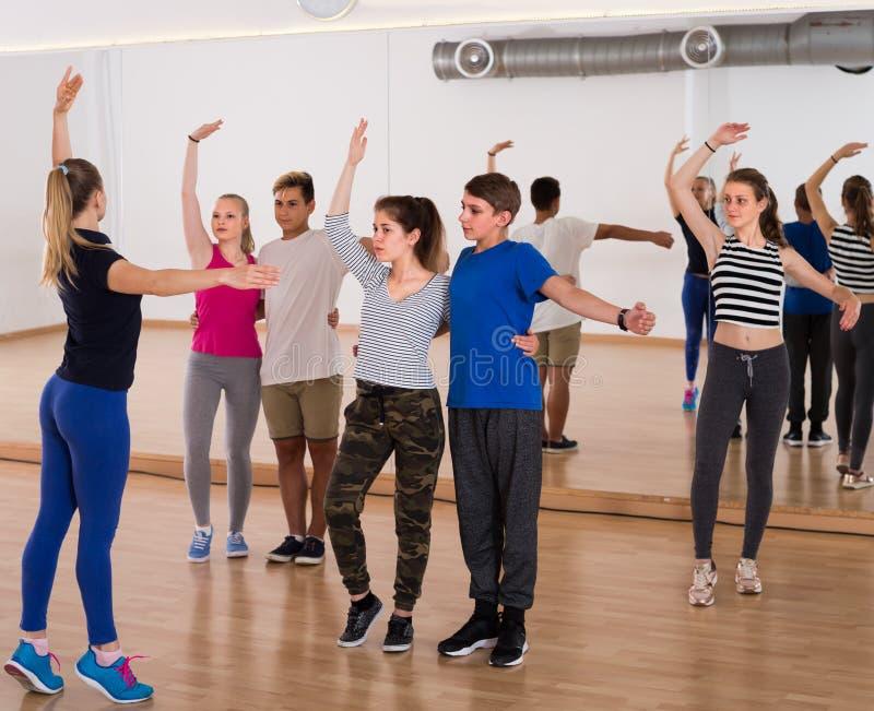 Φιλικά teens που μελετούν το λαϊκό χορό ύφους στοκ εικόνες
