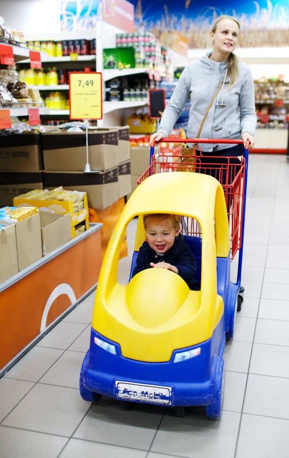 Φιλικές αγορές υπεραγορών παιδιών στοκ εικόνες