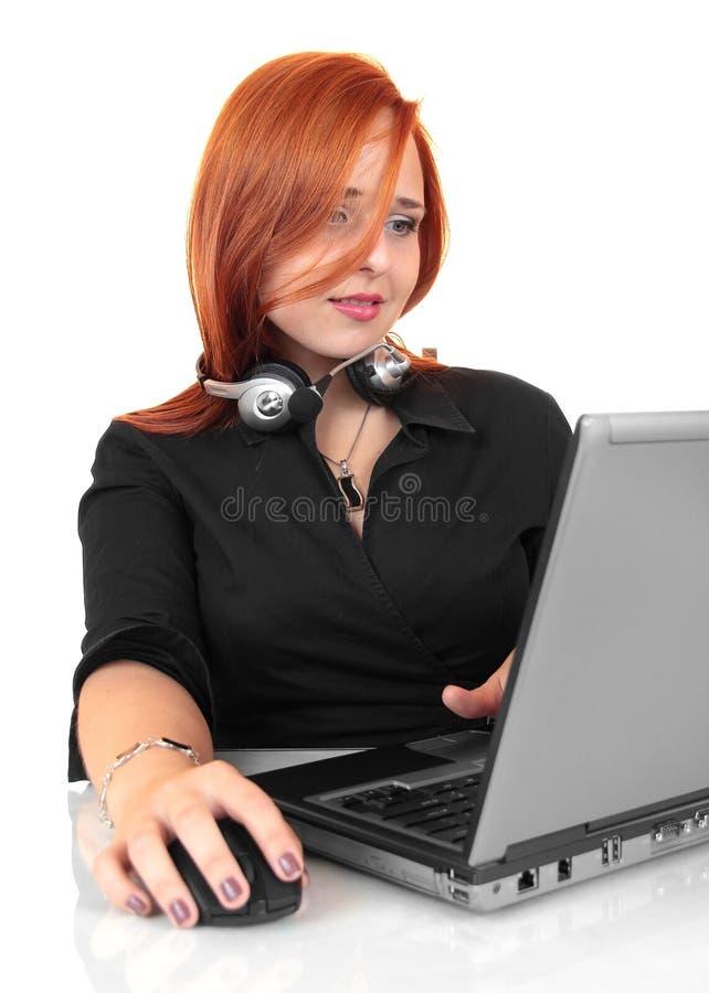Φιλική γυναίκα συμβούλων γραμματέων τηλεφωνικών κέντρων με το τηλέφωνο κασκών στοκ φωτογραφία με δικαίωμα ελεύθερης χρήσης