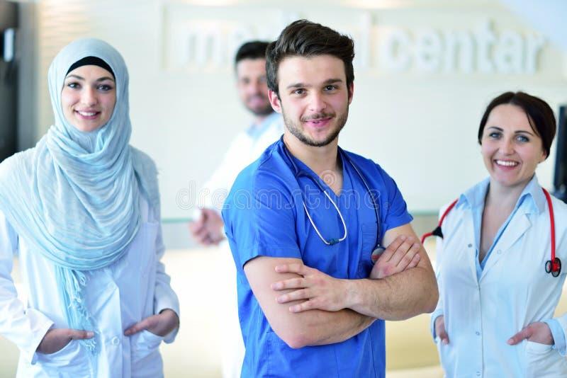 Φιλικός αρσενικός γιατρός με το ανοικτό χέρι έτοιμο για το αγκάλιασμα στοκ φωτογραφίες με δικαίωμα ελεύθερης χρήσης