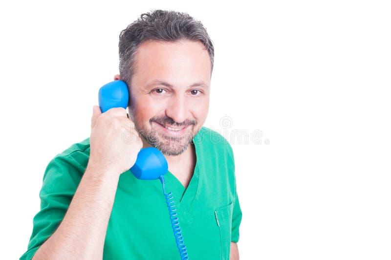 Φιλικός γιατρός ή γιατρός που μιλά στο εκλεκτής ποιότητας τηλέφωνο στοκ εικόνες