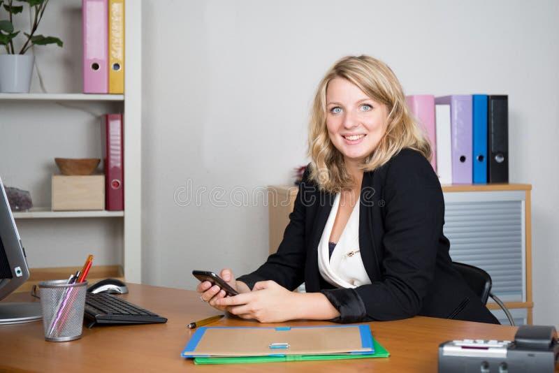 Φιλικός θηλυκός χειριστής γραμμών βοήθειας με τα ακουστικά στοκ εικόνα με δικαίωμα ελεύθερης χρήσης
