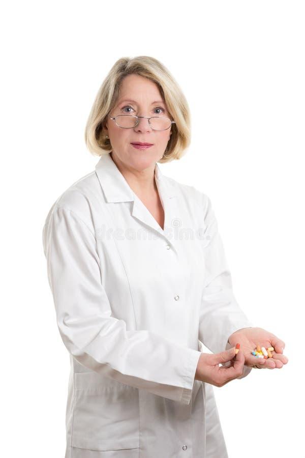Φιλικός φαρμακοποιός με την ιατρική στοκ φωτογραφία