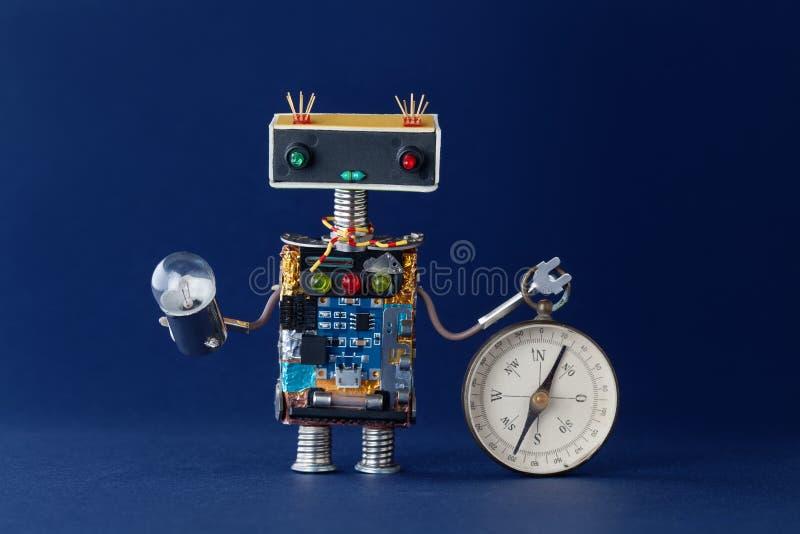 Φιλικό ρομπότ με τη μαγνητικούς πυξίδα εξερεύνησης και το λαμπτήρα λαμπών φωτός Πλοήγηση ψάχνοντας την έννοια ταξιδιών βακκινίων στοκ φωτογραφία με δικαίωμα ελεύθερης χρήσης