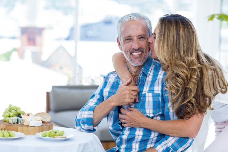 Φιλώντας σύζυγος γυναικών στο εστιατόριο στοκ εικόνα με δικαίωμα ελεύθερης χρήσης