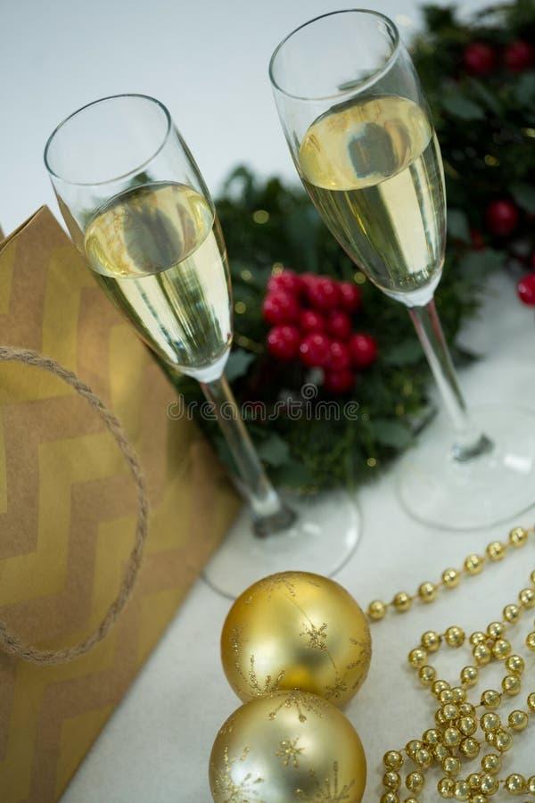 Φλάουτο CHAMPAGNE και διακόσμηση Χριστουγέννων στο άσπρο κλίμα στοκ φωτογραφίες με δικαίωμα ελεύθερης χρήσης