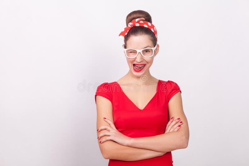Φλερτ και έννοια αγάπης Η χαριτωμένη γυναίκα στα άσπρα γυαλιά κλείνει το μάτι στοκ φωτογραφία με δικαίωμα ελεύθερης χρήσης