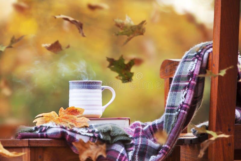 Φλιτζάνι ζεστό καφέ Μπρίζι Φθινόπωρο στοκ φωτογραφία με δικαίωμα ελεύθερης χρήσης
