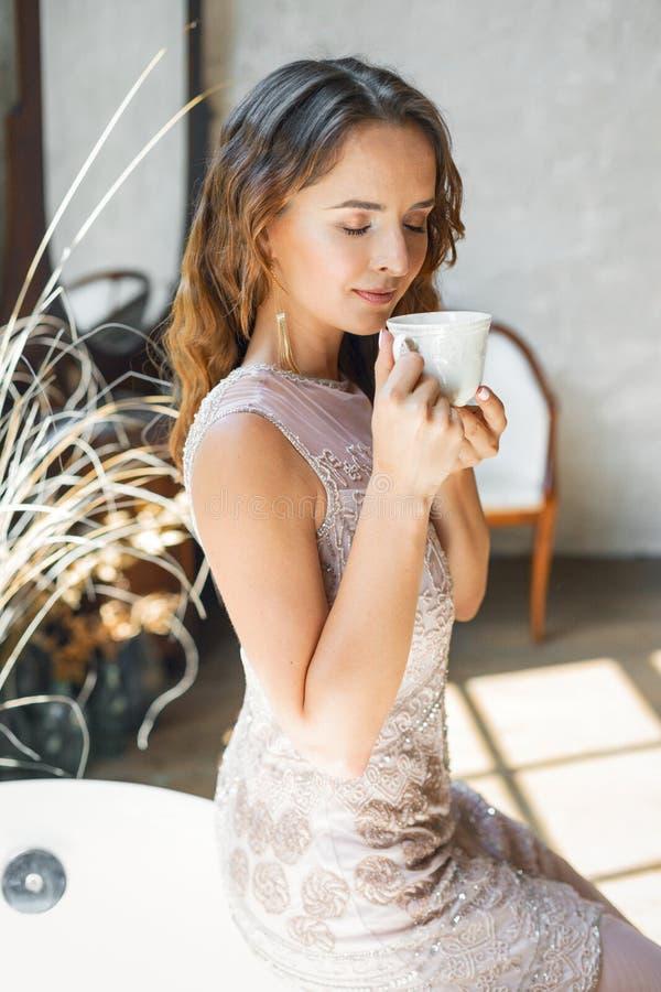 Φλιτζάνι του καφέ εκμετάλλευσης γυναικών στοκ εικόνες