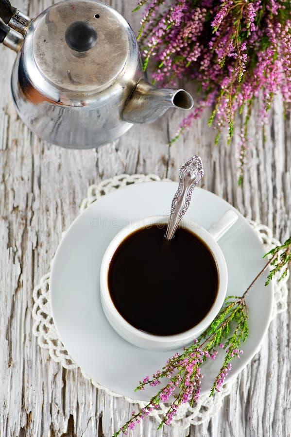 Φλιτζάνι του καφέ και ερείκη στοκ εικόνα