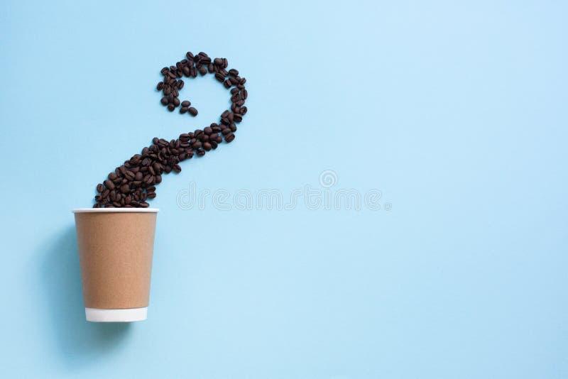 Φλιτζάνι του καφέ και φασόλια εγγράφου στη μορφή του ατμού στα μπλε υπόβαθρα r στοκ εικόνα