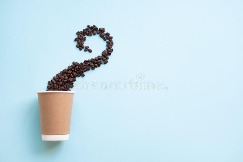 Φλιτζάνι του καφέ και φασόλια στη μορφή του ατμού στα μπλε υπόβαθρα o στοκ εικόνες με δικαίωμα ελεύθερης χρήσης