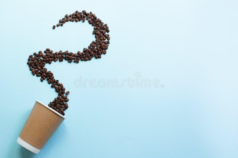 Φλιτζάνι του καφέ και φασόλια στη μορφή του ατμού στα μπλε υπόβαθρα r στοκ εικόνες