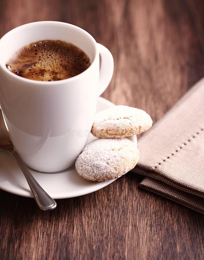 Φλιτζάνι του καφέ και biscotti δύο στοκ φωτογραφία