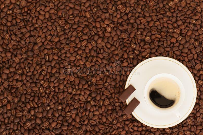 Φλιτζάνι του καφέ με τα κομμάτια σοκολάτας στοκ φωτογραφία