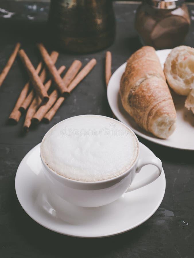 Φλιτζάνι του καφέ με τα croissants στο αγροτικό ξύλινο υπόβαθρο στοκ φωτογραφία με δικαίωμα ελεύθερης χρήσης