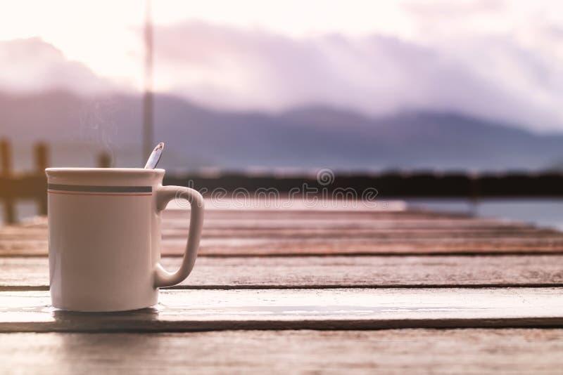 Φλιτζάνι του καφέ στην ξύλινη γέφυρα με το υπόβαθρο θέας βουνού στοκ φωτογραφίες με δικαίωμα ελεύθερης χρήσης