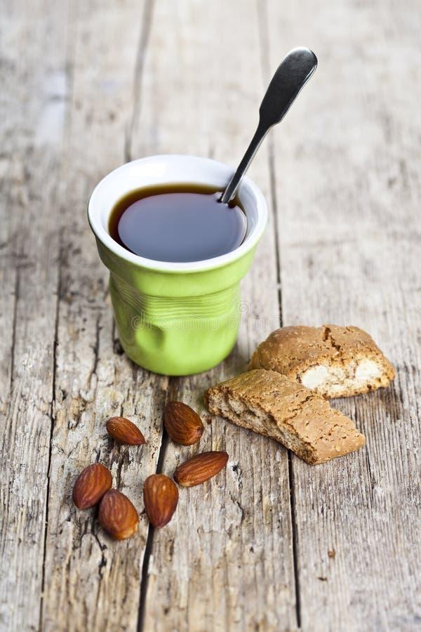 Φλιτζάνι του καφέ, φρέσκα ιταλικά cantuccini μπισκότων και καρύδια αμυγδάλων στο ructic ξύλινο επιτραπέζιο υπόβαθρο στοκ φωτογραφίες με δικαίωμα ελεύθερης χρήσης