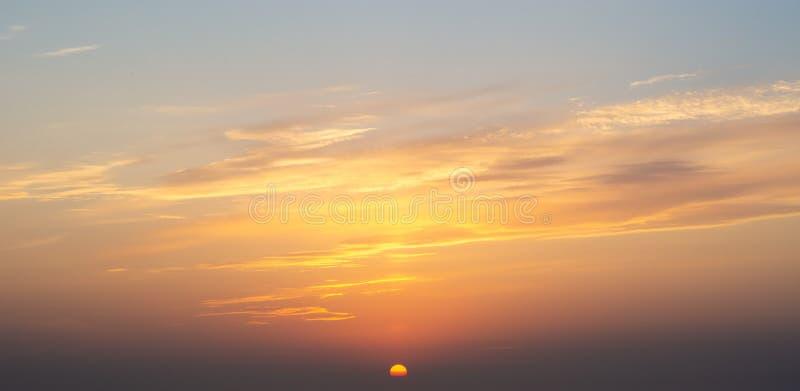 Φλογερή πορτοκαλιά θερινή δραματική ηλιοβασίλεμα ή ανατολή cloudscape με τον ήλιο κοντά στον ορίζοντα στοκ εικόνες με δικαίωμα ελεύθερης χρήσης