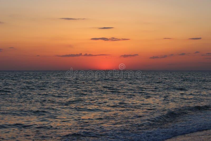 Φλογερό κόκκινο ηλιοβασίλεμα πέρα από τη θάλασσα στοκ φωτογραφία