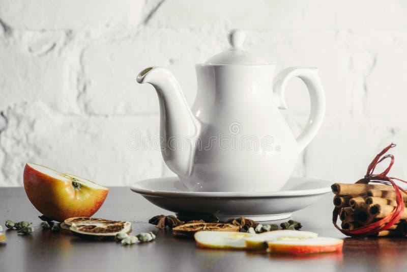 Φλυτζάνια τσαγιού με teapot στον παλαιό ξύλινο πίνακα στοκ εικόνες