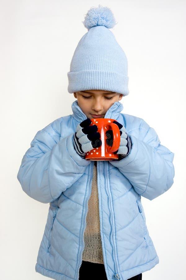 φλυτζάνι αγοριών καυτό λί&gamma στοκ εικόνες