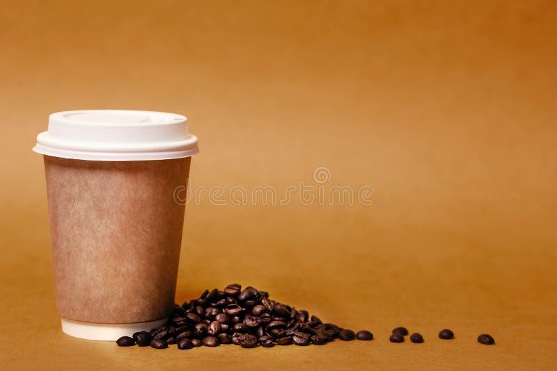 Φλυτζάνι εγγράφου και σιτάρια του καφέ στοκ φωτογραφίες