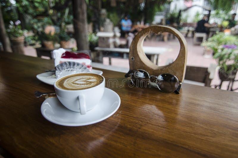 Φλυτζάνι καφέ και κρεμώδες κέικ στοκ εικόνες