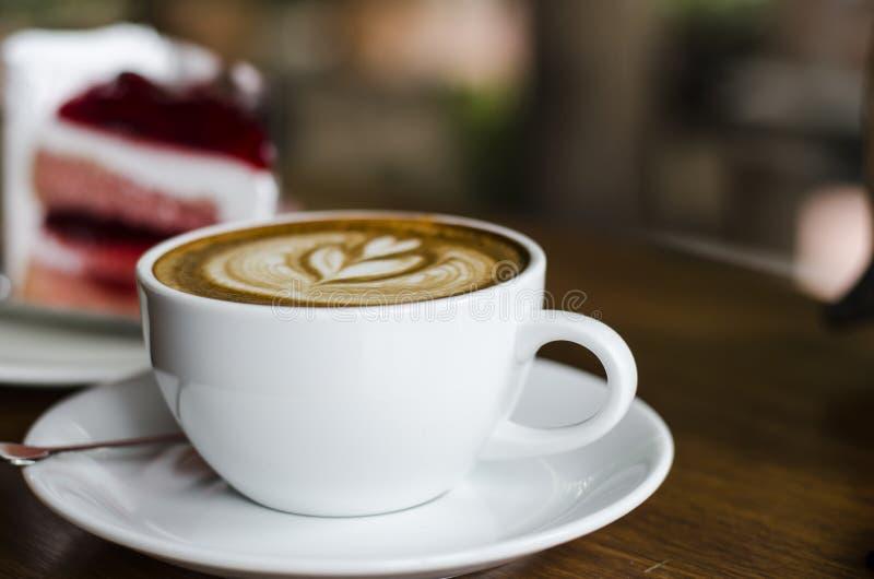 Φλυτζάνι καφέ και κρεμώδες κέικ στοκ φωτογραφία