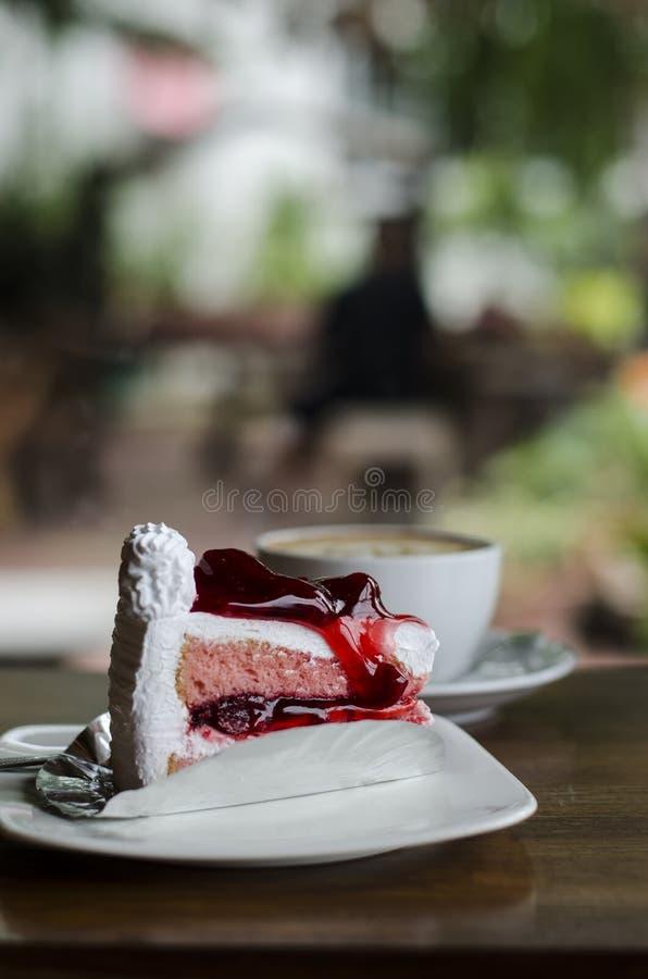 Φλυτζάνι καφέ και κρεμώδες κέικ στοκ εικόνες με δικαίωμα ελεύθερης χρήσης