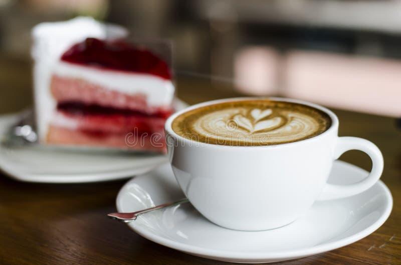 Φλυτζάνι καφέ και κρεμώδες κέικ στοκ φωτογραφία με δικαίωμα ελεύθερης χρήσης