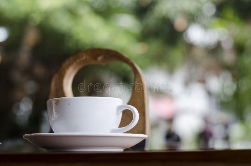 Φλυτζάνι καφέ και κρεμώδες κέικ στοκ εικόνα με δικαίωμα ελεύθερης χρήσης