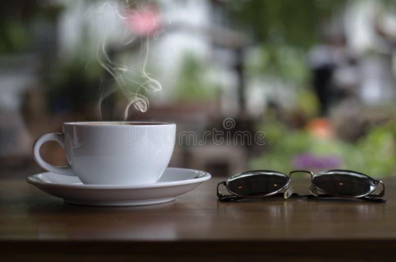 Φλυτζάνι καφέ και κρεμώδες κέικ στοκ φωτογραφίες με δικαίωμα ελεύθερης χρήσης