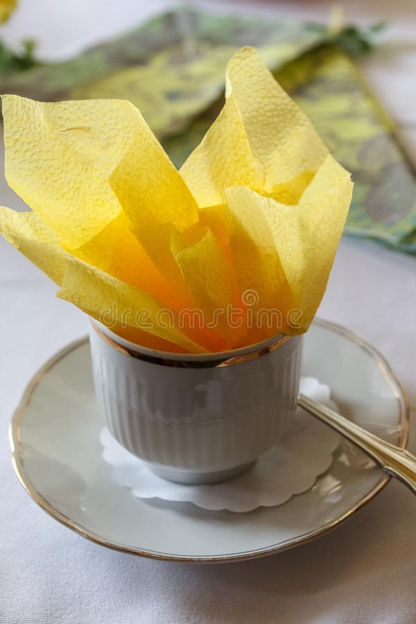 Φλυτζάνι καφέ με την κίτρινη πετσέτα μέσα στοκ φωτογραφίες με δικαίωμα ελεύθερης χρήσης