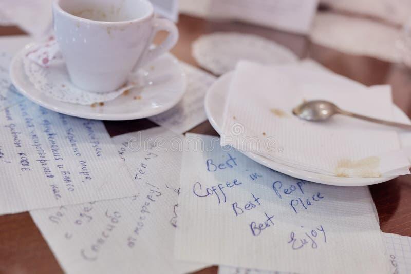 Φλυτζάνι καφέ με τις επιστολές στοκ φωτογραφία