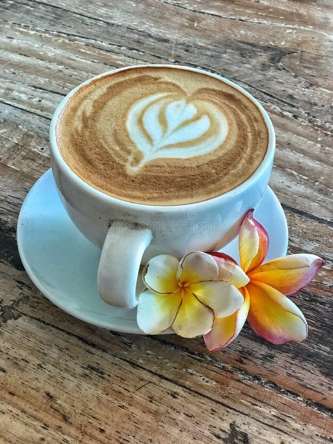 Φλυτζάνι καφέ με το λουλούδι άνοιξη στοκ εικόνα με δικαίωμα ελεύθερης χρήσης