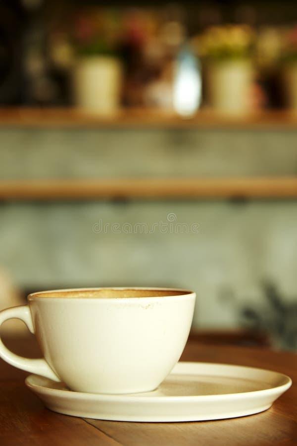 Φλυτζάνι καφέ στο εσωτερικό καφετεριών στοκ φωτογραφίες