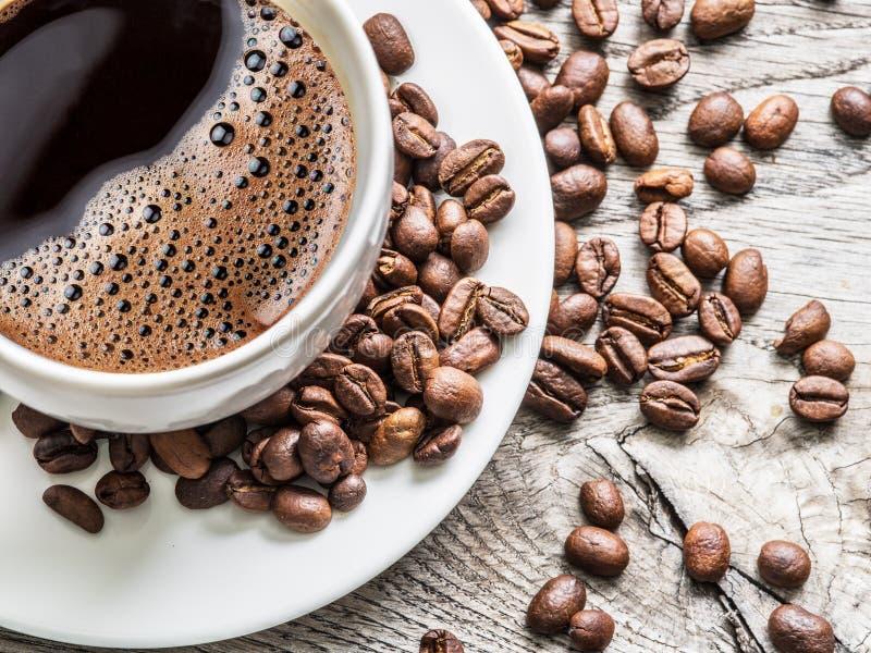 φλυτζάνι καφέ φασολιών που περιβάλλεται Τοπ όψη στοκ φωτογραφίες με δικαίωμα ελεύθερης χρήσης