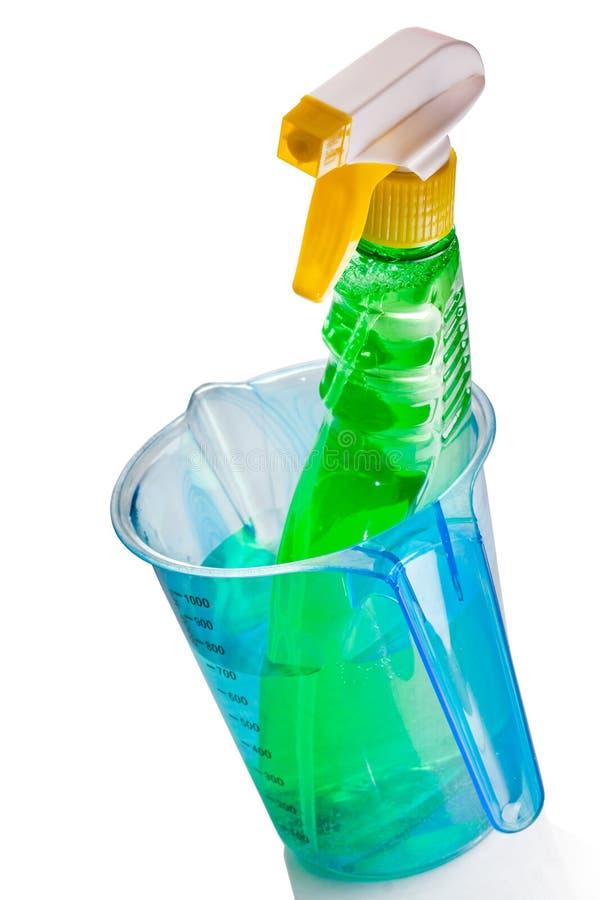 φλυτζάνι μπουκαλιών μέσα στη μέτρηση του ψεκαστήρα στοκ φωτογραφία