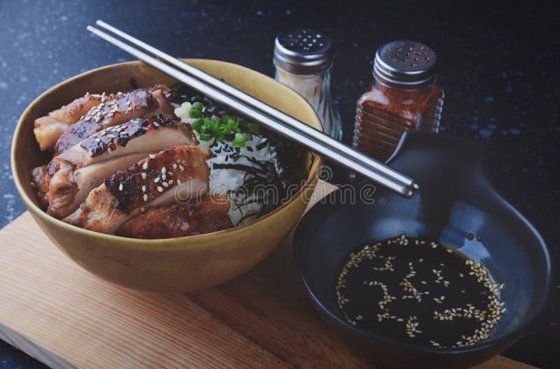 Φλυτζάνι ρυζιού με το ψημένο στη σχάρα κοτόπουλο στο ιαπωνικό ύφος στοκ φωτογραφίες