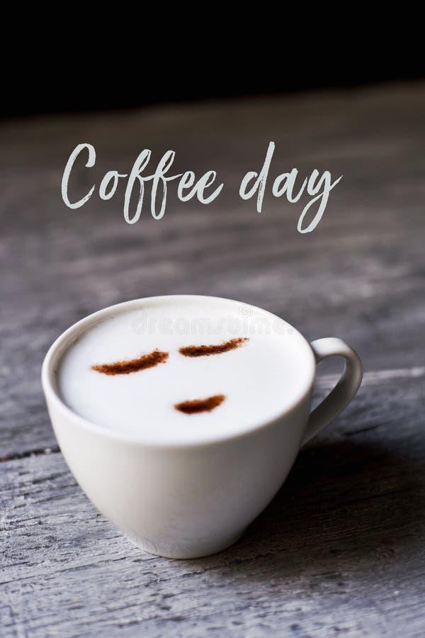 Φλυτζάνι της ημέρας καφέ cappuccino και κειμένων στοκ εικόνα με δικαίωμα ελεύθερης χρήσης