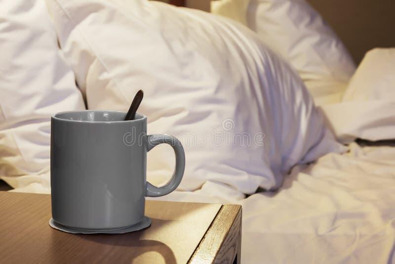 Φλυτζάνι του καυτού καφέ πρωινού στην πλευρά στοκ εικόνα