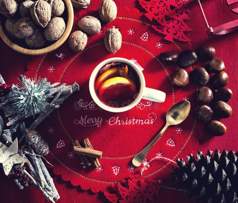 Φλυτζάνι του καυτού τσαγιού στον πίνακα Χριστουγέννων στοκ εικόνα