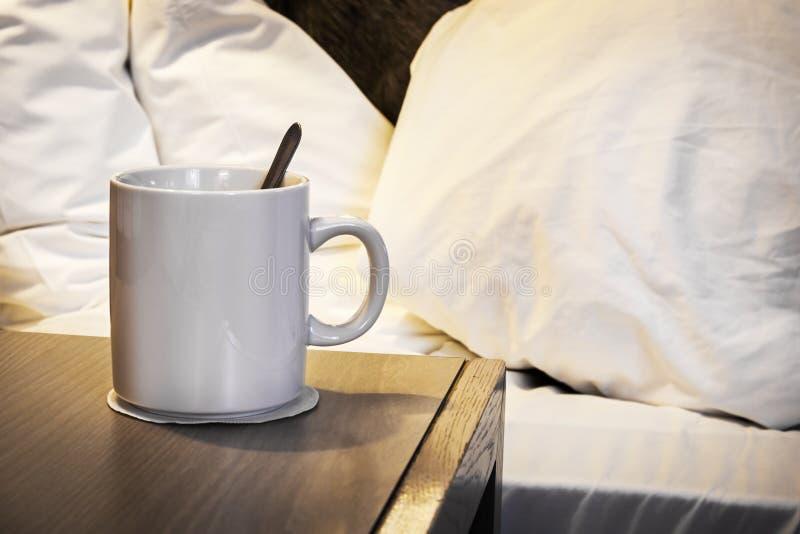 Φλυτζάνι του καφέ πρωινού στον πίνακα πλευρών στο σπίτι ή το ξενοδοχείο στοκ εικόνα με δικαίωμα ελεύθερης χρήσης