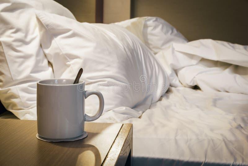 Φλυτζάνι του καφέ πρωινού στον πίνακα πλευρών στο σπίτι στοκ εικόνα