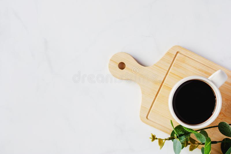 Φλυτζάνι του μαύρου καφέ και του τεχνητού ντεκόρ εγκαταστάσεων ξύλινος tray ag στοκ εικόνα με δικαίωμα ελεύθερης χρήσης