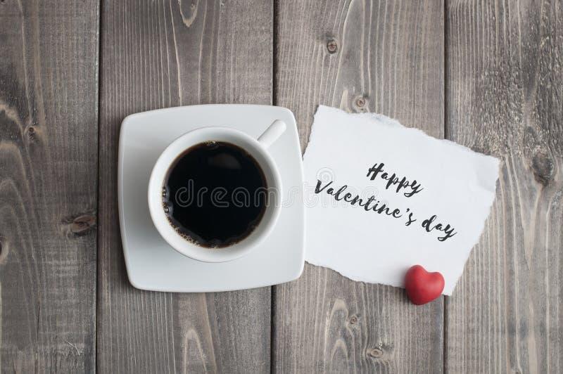 Φλυτζάνι του μαύρου μηνύματος ημέρας του βαλεντίνου καφέ και αγάπης με την κόκκινη μορφή καρδιών στοκ εικόνες με δικαίωμα ελεύθερης χρήσης