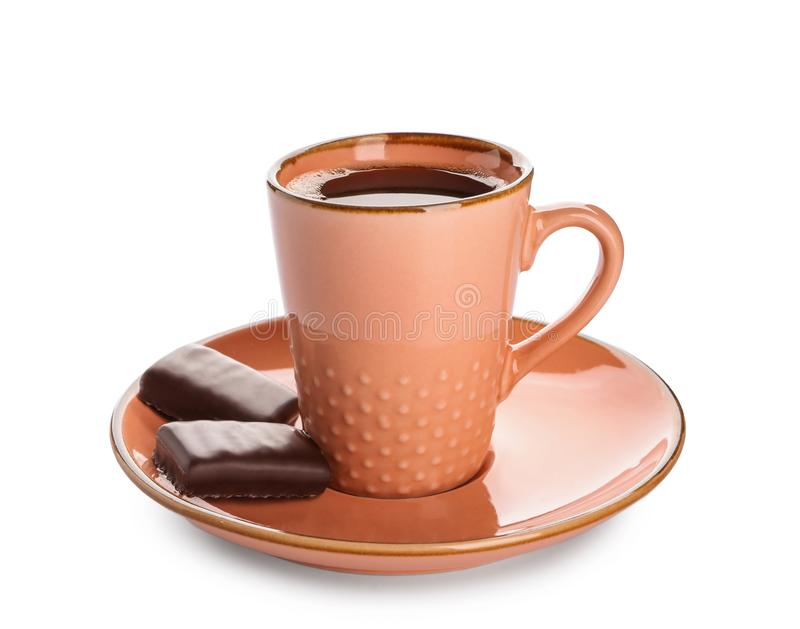 Φλυτζάνι του νόστιμου αρωματικού καφέ με τις καραμέλες σοκολάτας στο άσπρο υπόβαθρο στοκ φωτογραφία με δικαίωμα ελεύθερης χρήσης