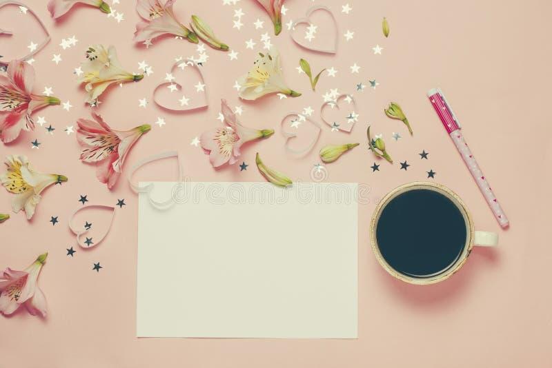 Φλυτζάνι του χαιρετισμού coffe και άνοιξη με μια μάνδρα, σύνθεση λουλουδιών Η τοπ άποψη, επίπεδη βάζει Θέση για το κείμενο, copys στοκ εικόνες