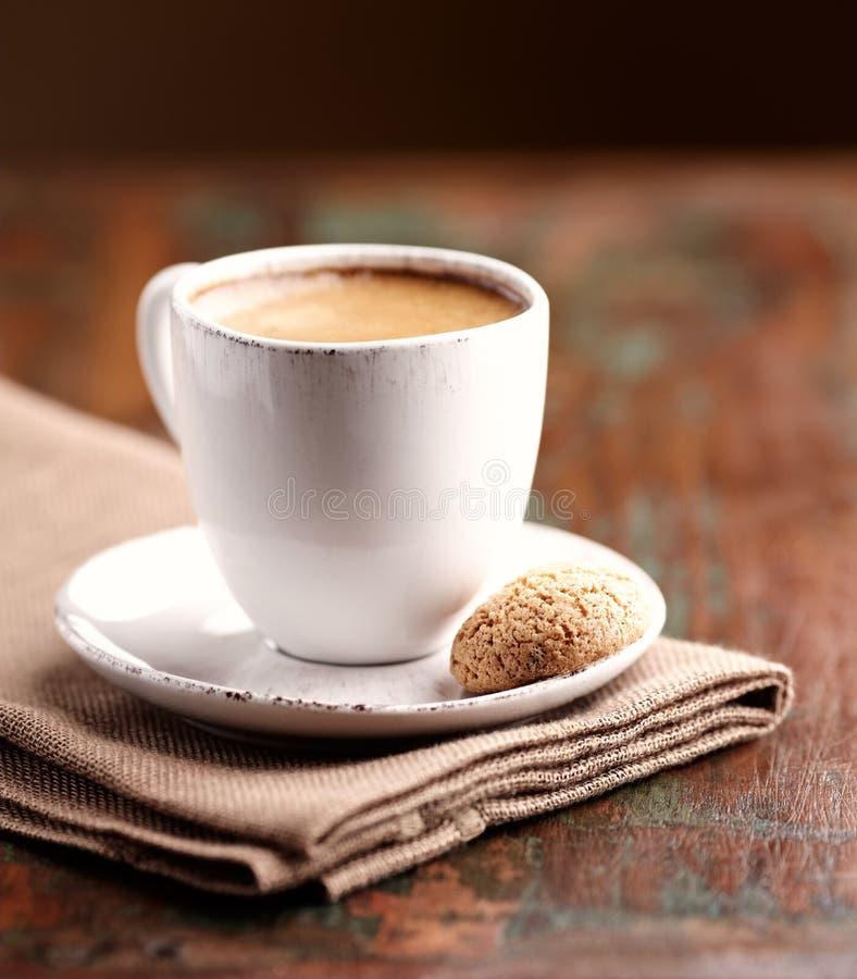 Φλυτζάνι του espresso με το biscotti στοκ εικόνες